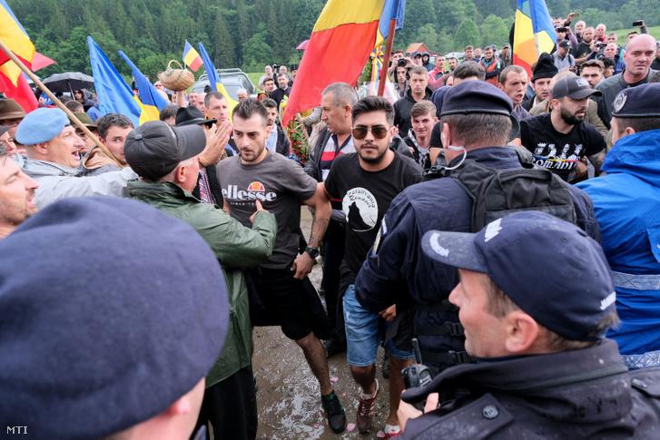 Csendőrökkel dulakodnak román résztvevők, mielőtt erőszakkal bejutottak az úzvölgyi katonatemetőbe, ahol ortodox szertartás keretében felszentelték törvénysértően létesített román emlékművet és parcellát 2019. június 6-án