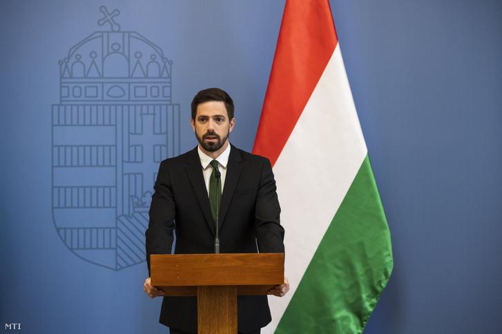 Magyar Levente, a Külgazdasági és Külügyminisztérium (KKM) parlamenti államtitkára sajtótájékoztatót tart az úzvölgyi katonatemetőben történt incidensről a minisztériumban 2019. június 7-én