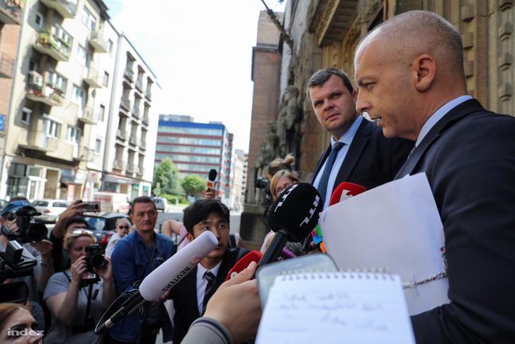 Jurij C. Viking Sigyn szállodahajó kapitányának (volt) ügyvédei nyilatkoznak a sajtónak 2019. június 1-én a Fővárosi Törvényszék előtt
