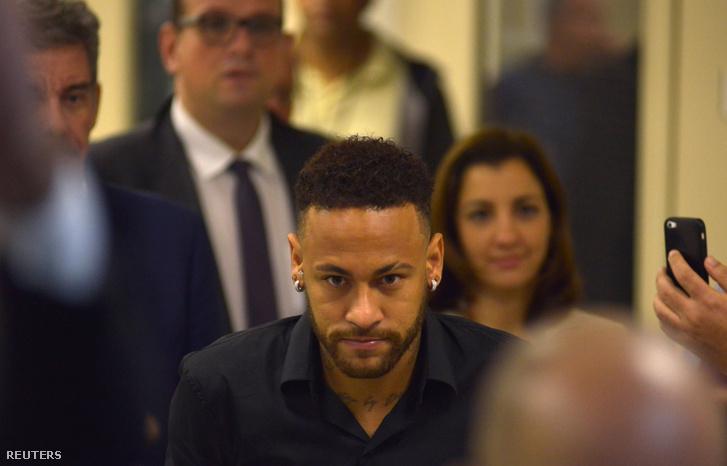 Neymar elhagyja a Rio de Janeiró-i rendőrőrsöt vallomása után 2019. június 6-án