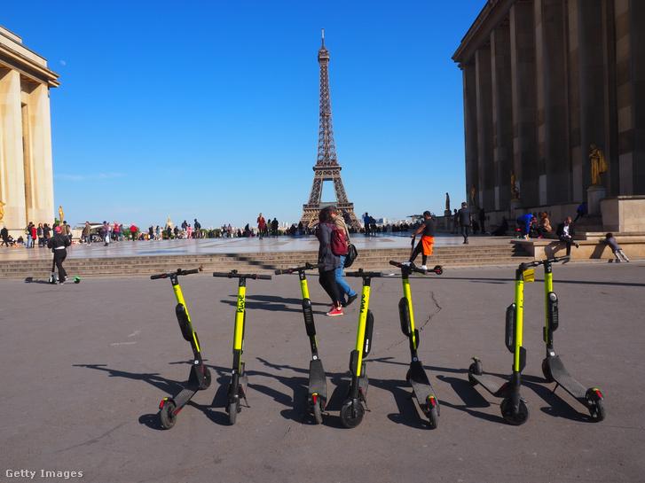Elektromos rollerek Párizsban 2019. május 14-én