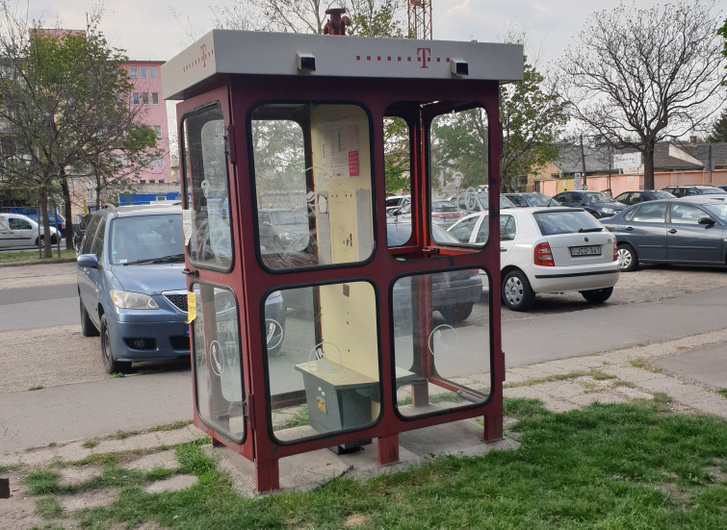 Egy reklámtalanított telefonfülke Kispesten - forrás: kispesti önkormányzat