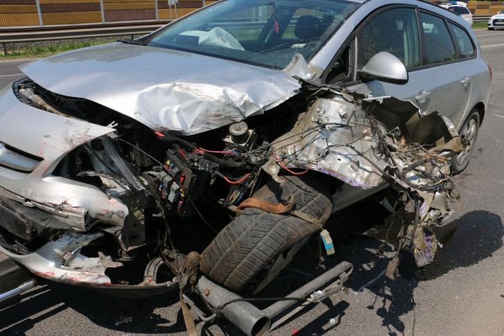 A másik autó is súlyosan sérült