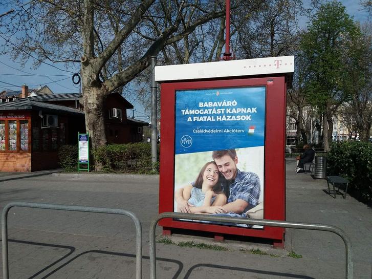 Ilyen volt: kispesti telefonfülke reklámmal - forrás: kispesti önkormányzat