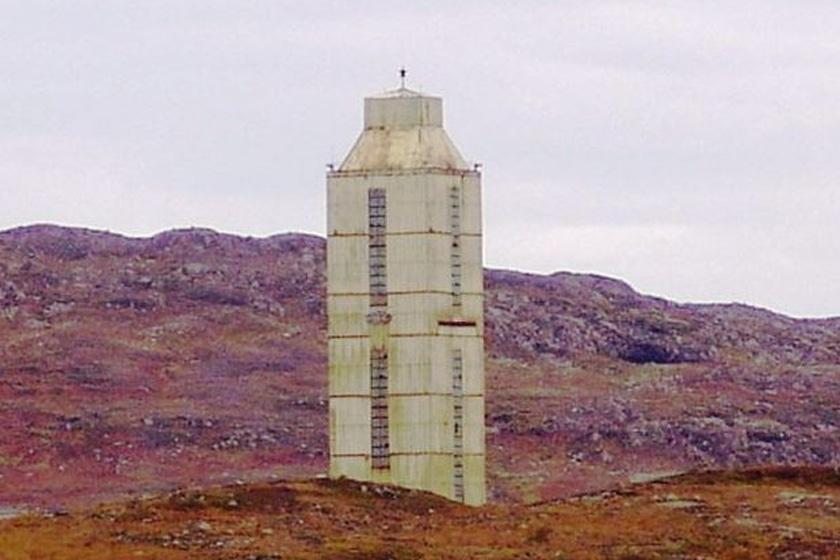 Ma elhagyatottan áll a fúrószerkezetnek emelt épület.