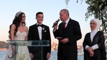 Erdogan volt a tanú Özil és a korábbi török szépségkirálynő esküvőjén