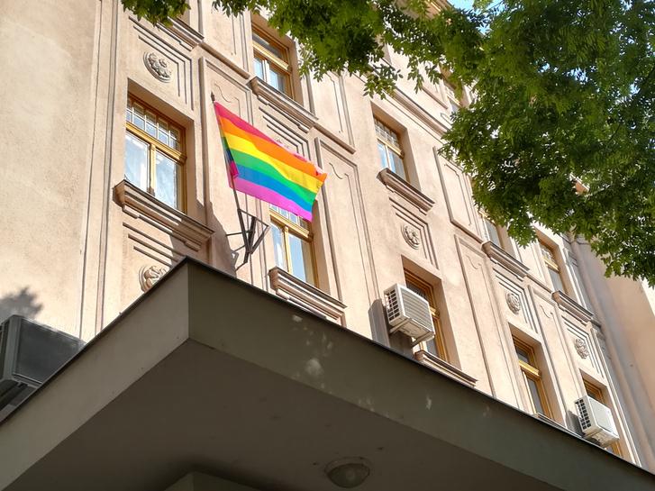 szivárvány zászló a zuglói hivatalon