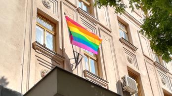 Éjjel lelopták a szivárványos zászlót a zuglói polgármesteri hivatalról