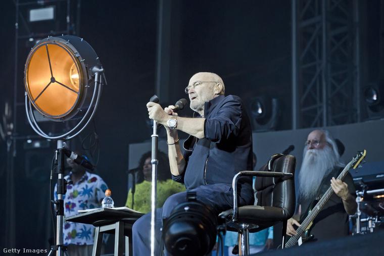 A koncerten készült további fotók arról tanúskodnak, hogy Collins nem tud már egy fellépést végigállni: gigaslágereit ülve adta elő.