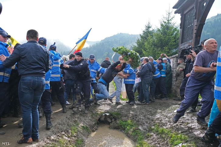 Román résztvevők miután áttörték a csendőrsorfalat az úzvölgyi katonatemető bejáratánál ahol ortodox szertartás keretében felszentelték törvénysértően létesített román emlékművet és parcellát 2019. június 6-án.