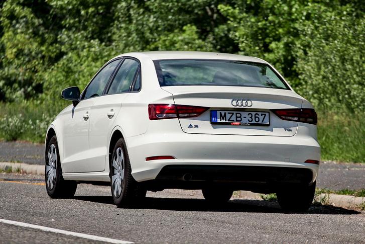 Messziről avatatlan szemnek nehéz felismernie, hogy ez a legkisebb Audi szedán