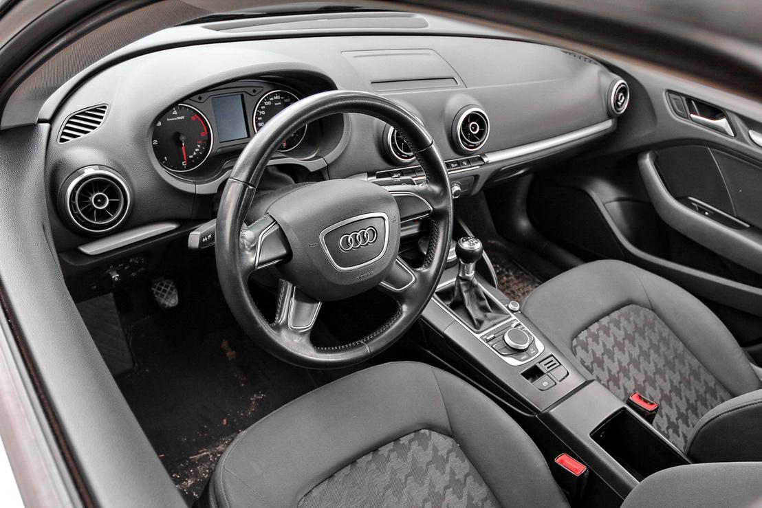 Jellegzetes Audi környezet fogadja a beülőt. Az MMI rendszer kijelzője a műszerfaltömb tetejéből, középen bújik ki, és bármikor eltüntethető és visszamegy a fészkébe