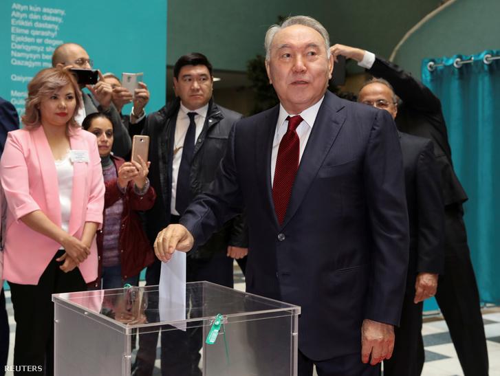 Nurszultan Nazarbajev leadja szavazatát az elnöki választáson Nurszultánban 2019. június 9-én