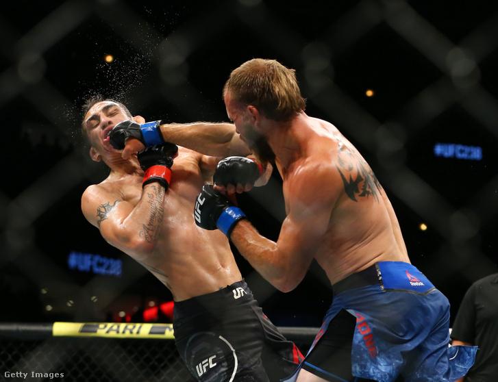 Donald Cerrone (jobbra) bevisz egy ütést Tony Fergusonnak az UFC 238 gálán 2019. június 8-án