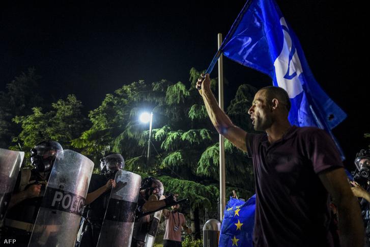 Kormányellenes tüntetők Tiranaban 2019. június 8-án