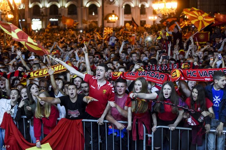 Vardar kézicsapat támogatói üdvözlik a főtéren a visszaérkező bajnokokat Szkopjéban 2019. június 3-án