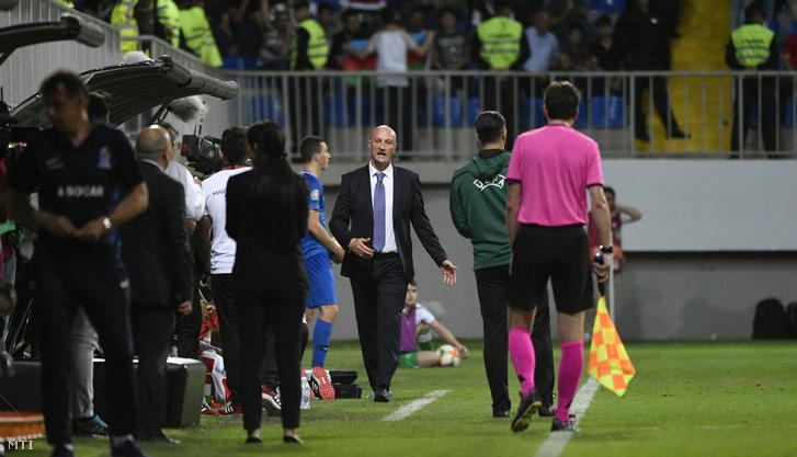 Marco Rossi magyar szövetségi kapitány (k) levonul a pályáról, miután kiállították az Azerbajdzsán - Magyarország labdarúgó Európa-bajnoki selejtezőmérkőzésen a bakui Bakcell Arénában 2019. június 8-án