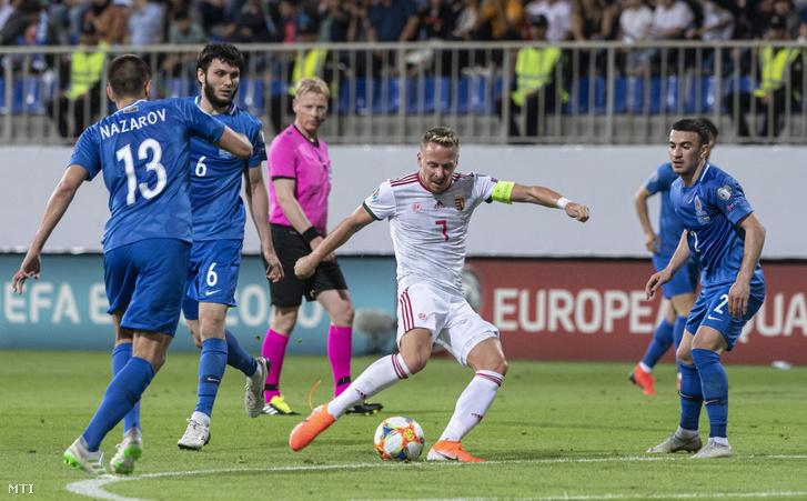 Dzsudzsák Balázs (k), valamnt az azeri Dmitrij Nazarov (b), Badavi Huszejnov (b2) és Gara Garajev (j) az Azerbajdzsán - Magyarország labdarúgó Európa-bajnoki selejtezőmérkőzésen a bakui Bakcell Arénában 2019. június 8-án