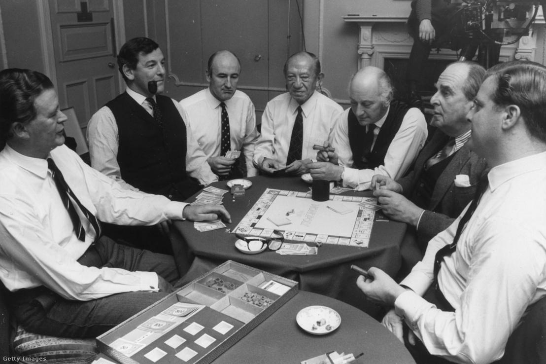 Celebritások és üzleti mogulok játszanak Monopoly-t a londoni Brown's Hotelben 1970. december 17-én. Balról-jobbra: Jim Slater, a Slater-Walker befektetési csoport vezetője, Oliver Jessel, Victor Watson, Sir Jack Cohen, a Tesco vezetője, David Malbert, Robert Morley színész és Nigel Broackes