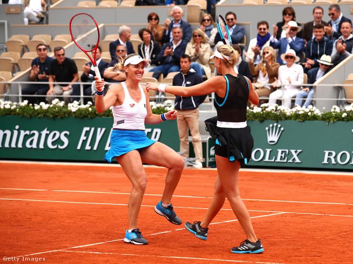 Jó szerva, a kínaiak hibáztak, megvan a győzelem Baboséknak. Babos Tímea és Kristina Mladenovic a tavalyi Australian Open után megnyerte a Roland Garrost is.