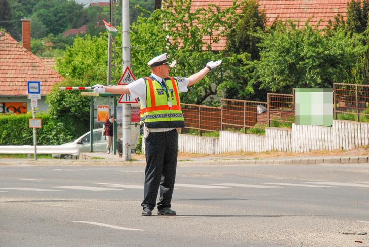 Egy jókor, jó helyen elhelyezett közlekedési rendőr aranyat ér - az elromlott közlekedési lámpáknál óriási szükség van az álló rendőrökre