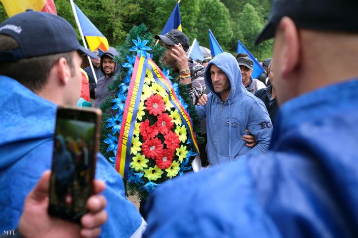 Román résztvevők az úzvölgyi katonatemető bejáratánál 2019. június 6-án.