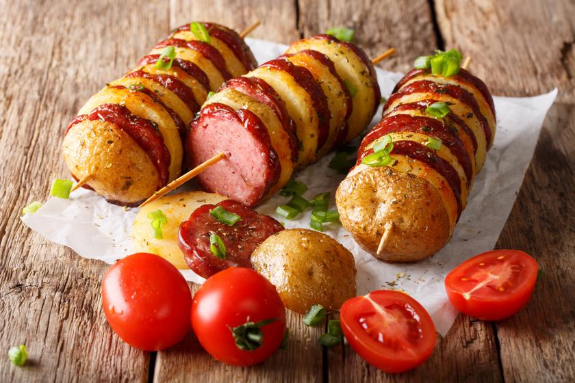 Kolbásszal, nyárson sült krumpli: míg kívül ropogós lesz, belül puha marad