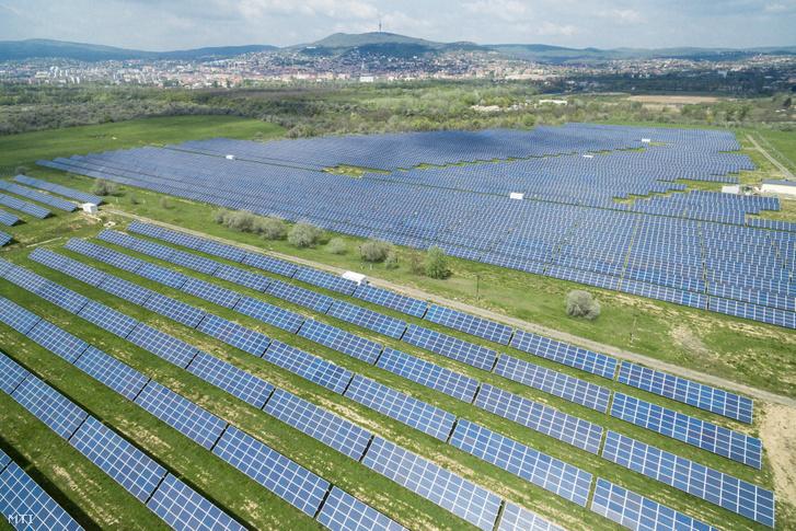 Az MVM Hungarowind Kft. 10 MW kapacitású, pécsi fotovoltaikus, napelemes erőműve 2018. április 18-án.