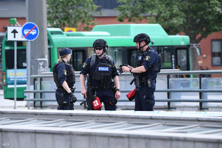Rendőrök a malmői vasúti pályaudvar előtt