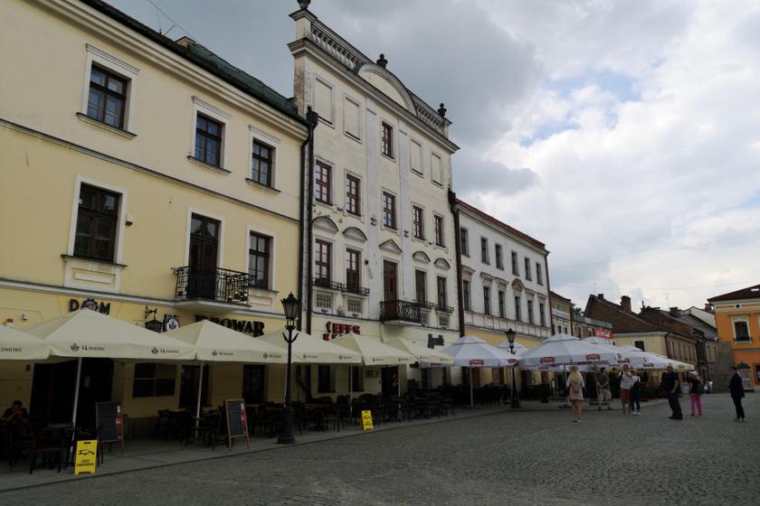 Tarnów főterét gyönyörű házak veszik körbe, amelyek földszintjén éttermeket és kávézókat találunk.