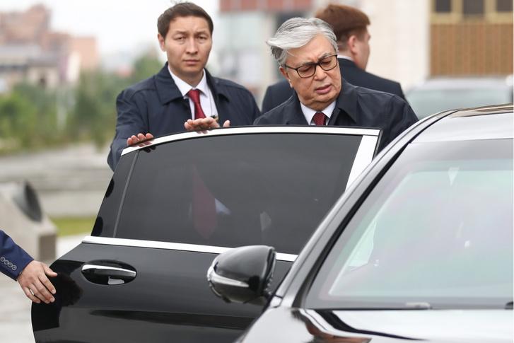 Tokajev beszáll autójába, miután leadta szavazatát