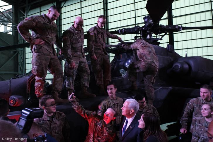A varsói támaszpontra látogató Mike Pence amerikai alelnökkel és feleségével pózolnak amerikai katonák 2019 februárban