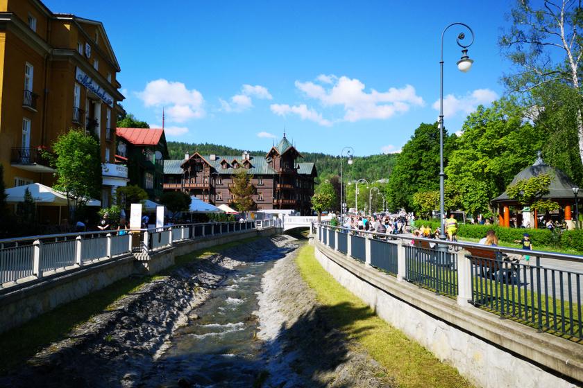 Krynica-Zdrójban a patak mentén futó fasor, a sétány és a faépületek az Osztrák-Magyar Monarchia békebeli hangulatát idézik.
