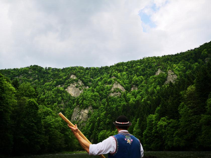 A Dunajecen zöldellő helyek között élvezhettük a tutajozást két órán keresztül.