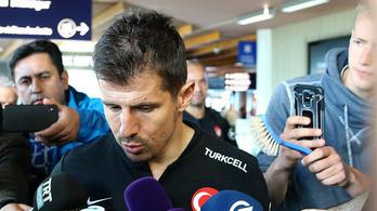 Órákra feltartották a török válogatottat az izlandi reptéren