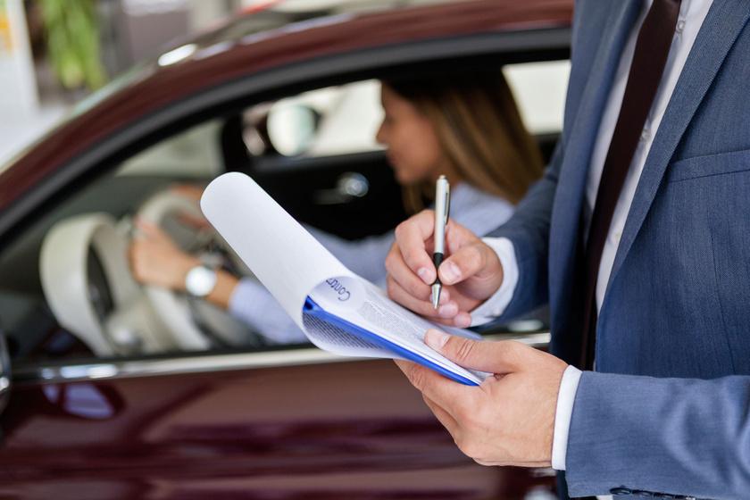 Használt autót veszel? Erre figyelj, hogy ne vágjanak át a kereskedésben
