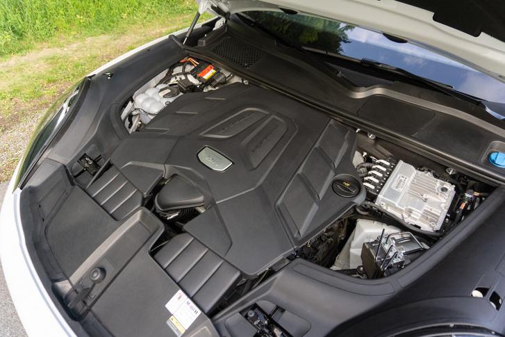 A Volkswagen-csoport EA839-es motorcsaládjának tagja ez a háromliteres, V6-os, biturbó-motor. Itt 340 lóerős