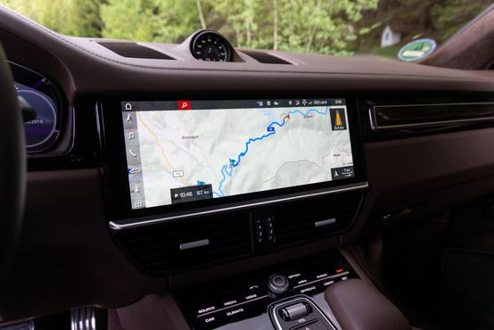 Egy ultrabook képernyőméretét kapta a központi kijelző. A 12 colos panel fullhd felbontású