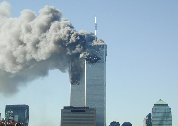 World Trade Center füstöl miután két repülő csapódott az épületbe 2001. szeptember 11-én