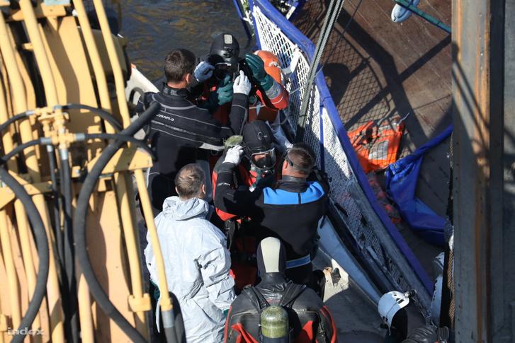 Az egyes fázisok során a búvárok behatolnak a hajótestbe, hogy eltávolítsák a munkálatokat akadályozó tárgyakat, bútordarabokat, a holttesteket eltakaró berendezési tárgyakat.