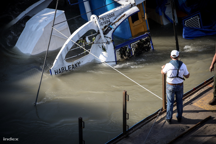 A hatóságok felkészültek a Hableányból esetlegesen kiömlő üzemanyag felfogására is, mivel a hajótestben 1400 liter gázolaj van, értesült a helyszínen az MTI.