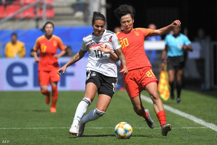 Marozsán Dzsenifer (balra) a Kína elleni mérkőzésen