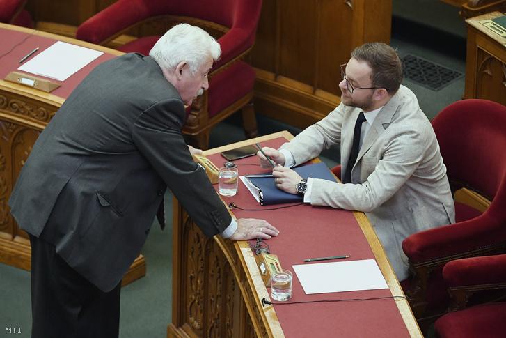 Fónagy János, a Miniszterelnöki Kormányiroda parlamenti államtitkára (b) és Orbán Balázs, a Miniszterelnökség parlamenti és stratégiai államtitkára az Országgyűlés plenáris ülésén 2019. június 11-én.