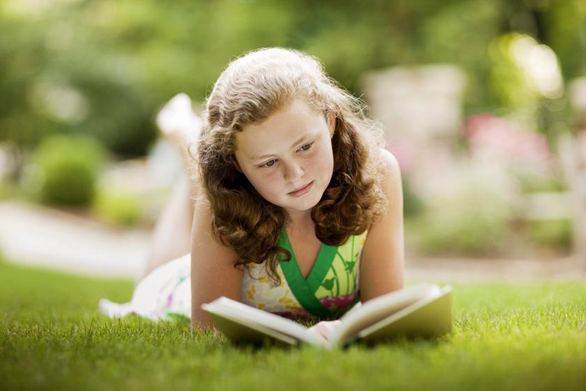 Nyári olvasmányok kamaszoknak: letehetetlen könyvek árnyékban hűsölős olvasáshoz