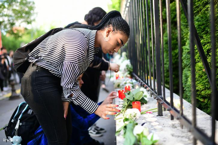 Emlékezés az áldozatokra a dél-koreai nagykövetség előtt.