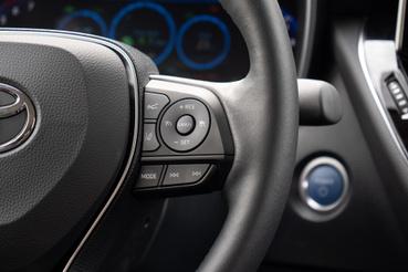 A képen látható gombok segítségével a pedálok használata nélkül is autópályázhatunk