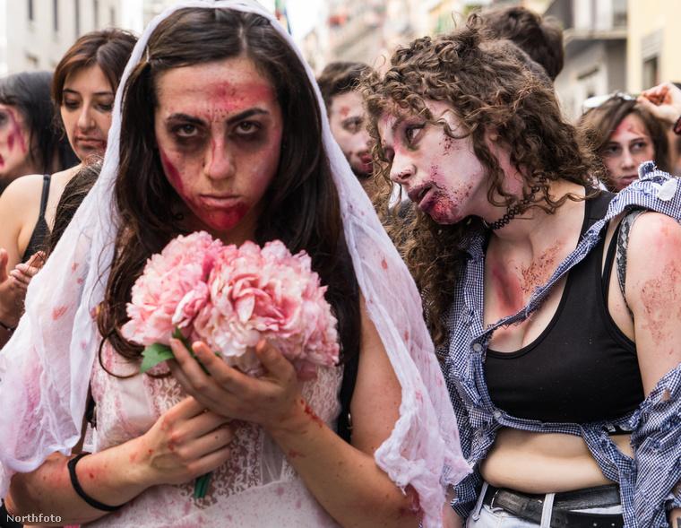Az élőhalottnak öltözött résztvevők Nápoly utcáin vonultak végig a Galleria Umberto és a Berlinguer-boltív közötti szakaszon.