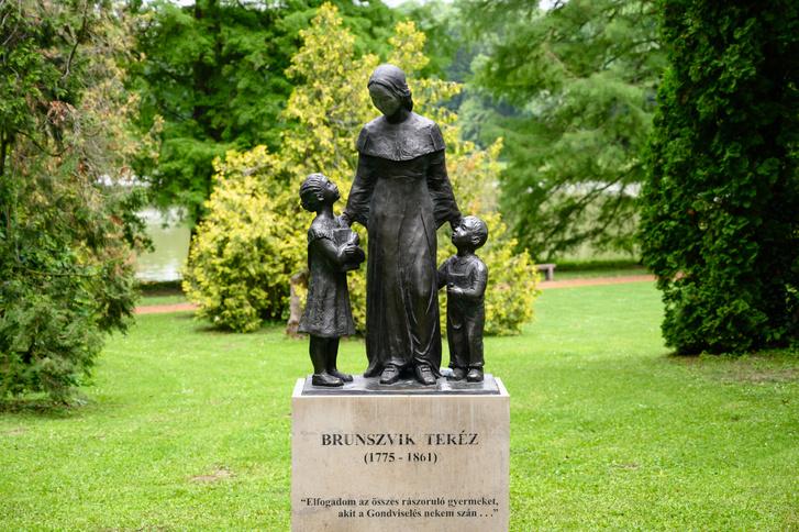 A parkban több szobor is látható, a látogatóközponthoz közel található például Brunszvik Teréz szobra, az az első magyarországi óvodák megalapítója. A park bejáratától pár méterre található meg egyébként az Óvodamúzeum.