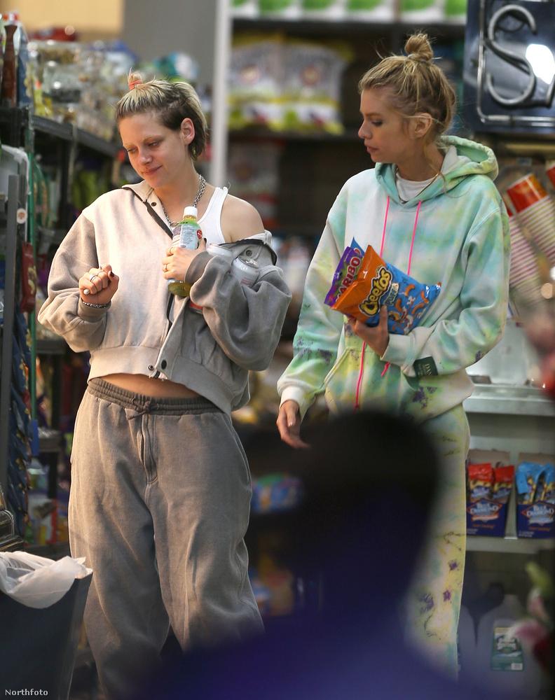 Ennek a két személynek a megjelenése itt nem különbözik drasztikusan, ezért segítünk: a bal oldalon álló nő Kristen Stewart, akit a legtöbben a Twilight (Alkonyat) című filmsorozat főszereplőjeként ismertek meg, a jobb oldali pedig Stella Maxwell, egy modell.
