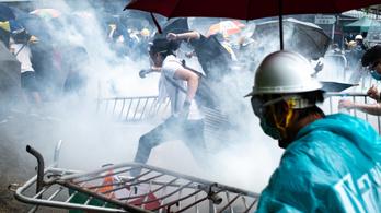 Könnygázt vetettek be a több tízezer tüntető ellen Hongkongban